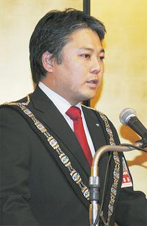 挨拶する宝田理事長