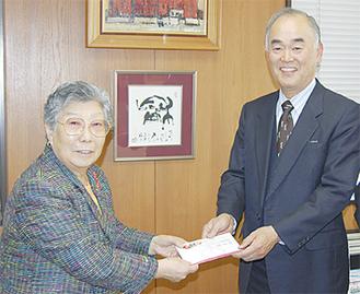 有波代表(左)から建設委員会の高田信二副会長に浄財が手渡された