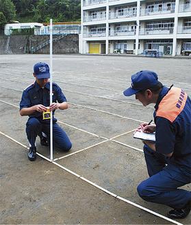 校庭の放射線量を測定(中区山元小)
