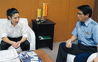 救助の様子を語る森田さん(左)