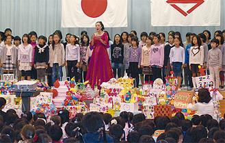 松岡理枝さんと合唱する児童ら