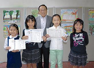 谷川会長と表彰された児童