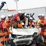 閉じ込められた車内からけが人を救出する訓練などが行われた