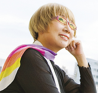 身近な幸せを歌う秦万里子さん