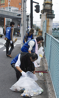 川沿いに大量にポイ捨てされていたごみを拾う参加者たち。当日は約200kgのごみが集まった