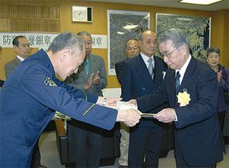 表彰状を受け取る鈴木会長(右)