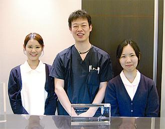 加藤院長(中央)とスタッフ