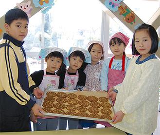 焼きあがったクッキーを手にする子どもたち