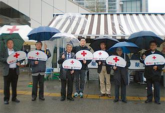 雨の中街頭に立ったメンバー