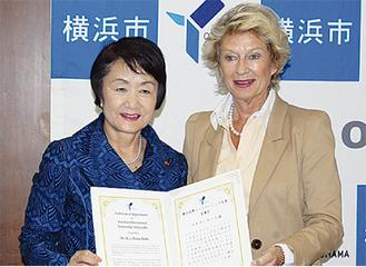 委嘱状を手渡す林市長(左)
