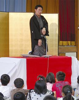 お菊の霊を演じる柳家喬之進さん
