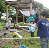 ポンプで水を汲み上げたり、水鉄砲を楽しむ子どもたち