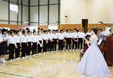 声楽を学ぶ学生の指導で、校歌を歌う赤崎中学校の生徒たち。贈呈式のミニコンサートで「ふるさと」が演奏されると涙ぐむ生徒の姿も見られたという(写真提供:横浜ライオンズクラブ)