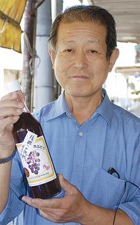 ジュースを手にする鈴木さん