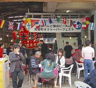 横浜産のハムやビールを楽しむ人々