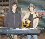 「応援してくれるファンに感謝の気持ちでいっぱい」と「サンドクロック」の滝田さん(左)と永田さん。路上ライブを行う有隣堂前で