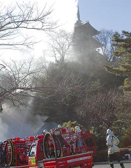 三溪園の三重塔で消火訓練(中区)