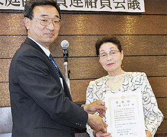 30年表彰の三橋さん(右)
