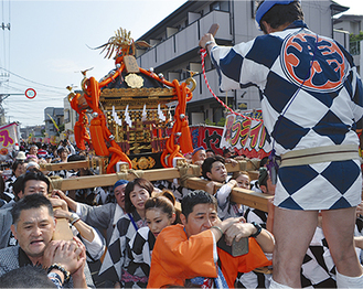神社下の旧東海道を巡行する宮神輿=8日