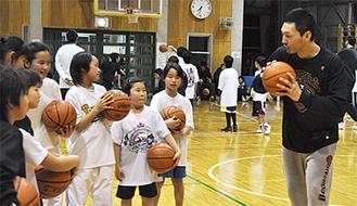 小学生に指導する木村選手=1月・都筑区