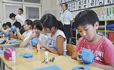 高校生に教わりながら工作する児童たち