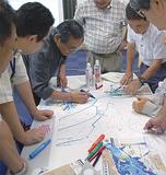 白地図に浸水区域を書き込む参加者ら