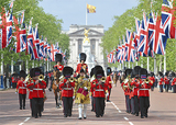 英国女王の近衛軍楽隊が日本大通りを行進する協賛:昭和シェル石油・上野トランステック