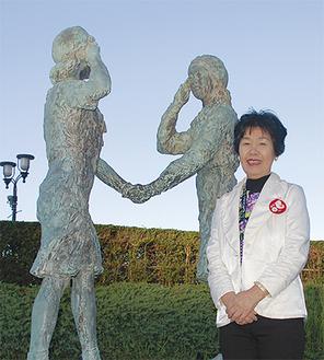 自身がモデル(右側)となった友好の像の前で田中さん=11日