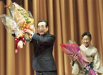 後援者から花束が贈呈された