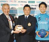 サポーターから贈られた祝福のケーキとともに(左から三上区長、吉野理事長、服部選手)