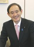 首相官邸で本紙のインタビューに答える菅官房長官