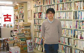 「100円均一の書棚も」と稲垣篤哉オーナー