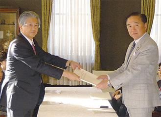 知事に報告書を提出する監査人(左)