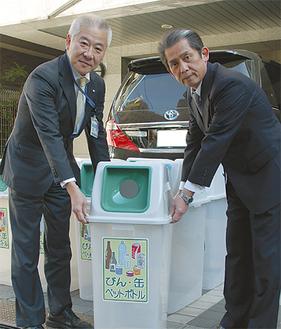 贈呈式に参加した三上区長(左)と趙理事長