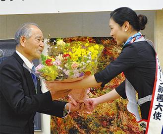 花束を受け取る山村さん(左)