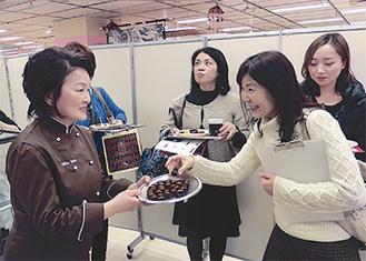 参加者たちと話す斉藤シェフ(左)