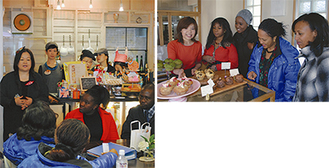 視察団を前に開店経緯などを説明するアートスペース&絵本カフェ「と」の今井嘉江さん(写真左)と「元町カップベイク」の重野佐和子さん