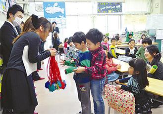 保育園の教職員からお礼を受け取る児童