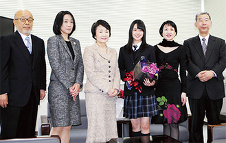 市長から花束を受け取った前田さん(右から3人目)