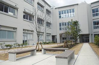 新校舎間にできた開放的な中庭には、芝生やベンチを設置。以前と建物の配置が大きく異なり、西側に新しくグラウンドが整備された