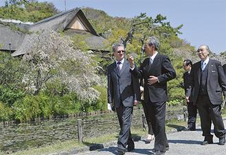 加藤園長の案内を受けるシェルバン大使