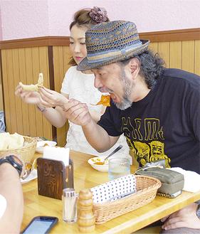 カレーを味わう小野瀬さん(右)