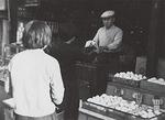 1960年頃の店の様子。卵のほか缶詰なども販売していた=鈴音提供