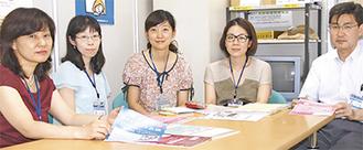 女性の社会参画の施策を語る市の担当者ら