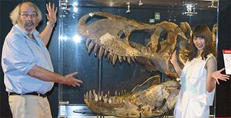 ティラノサウルスの頭骨の前で、ホーナー博士とAKBの永尾さん