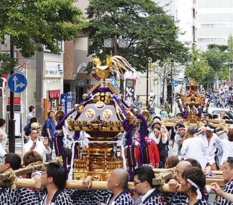 野毛本通りを巡行する神輿