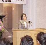 式典には約120人が参加。あいさつする永島理事長
