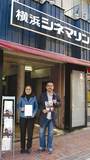 同館入口で八幡オーナー(左)と西村さん。新しい看板はオープン後に設置予定