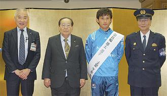 式典の出席者たち(右から岩倉署長、奈良輪選手、平山委員長、三上区長)