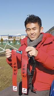 イベント会場となるYC&ACでタグラグビーを説明する須藤さん
